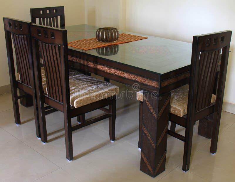 Современный обеденный стол с стеклянной частью верхней части и центра стоковая фотография