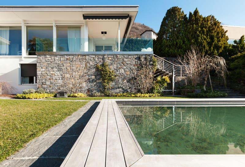 Современный дом с бассейном стоковые изображения