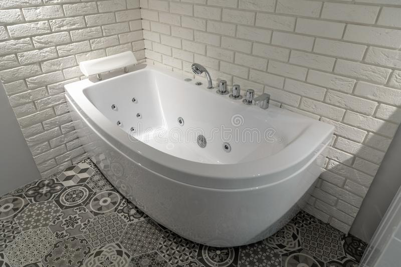Современный отечественный интерьер ванной комнаты с гидромассажной ванной стоковое фото
