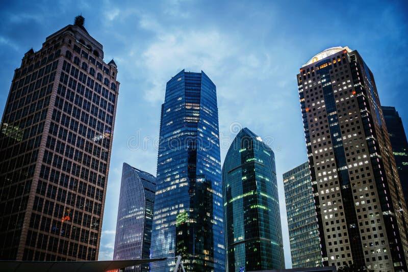 Современный офис небоскреба, корпоративный конспект здания в ноче стоковое фото