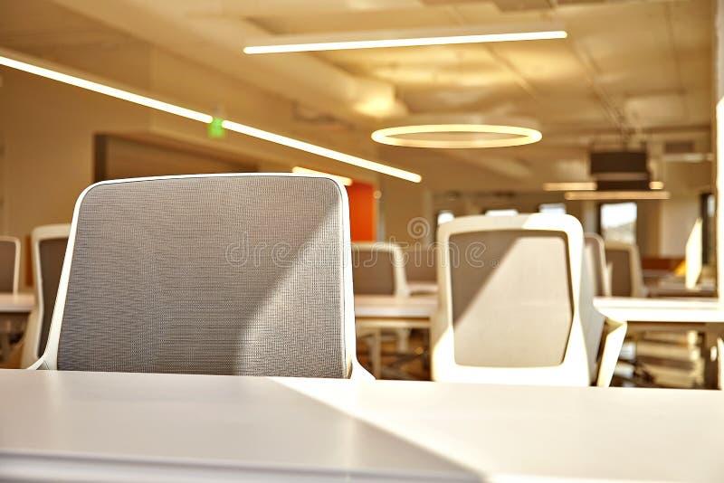 Современный офис с окнами и видом на город стоковые изображения