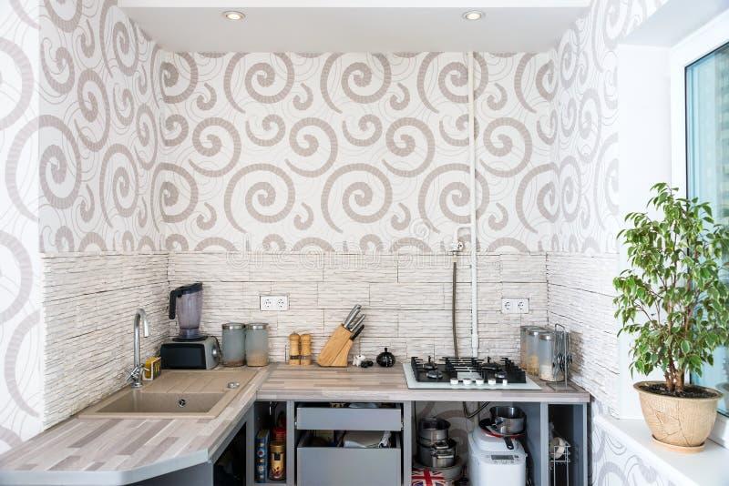 Современный простой дизайн интерьера кухни в светлых квартирах стоковые изображения