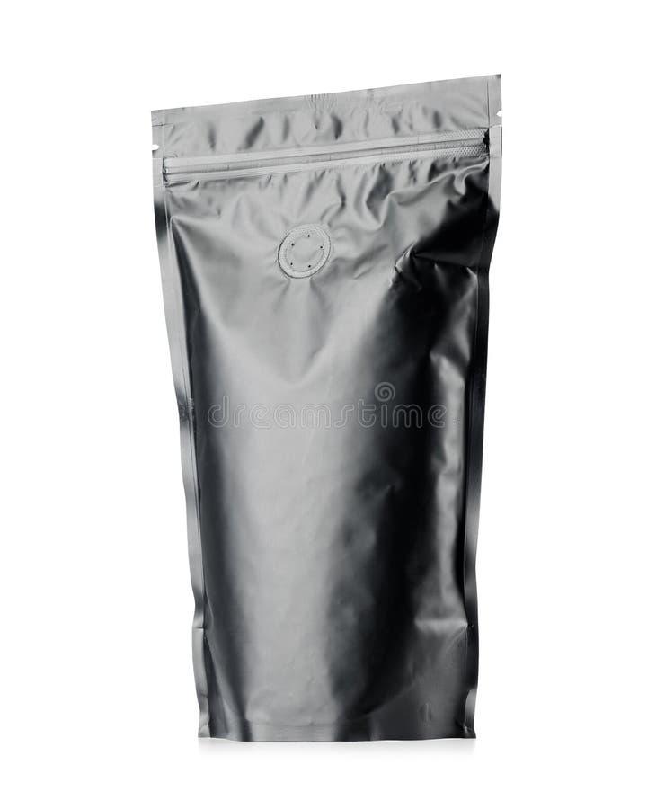 Современный пустой вакуум загерметизировал черный пакет кофе или чая на белой предпосылке стоковые фотографии rf