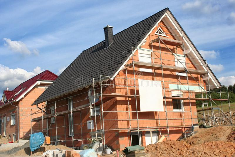 Современный разделенный дом под конструкцией стоковые изображения rf