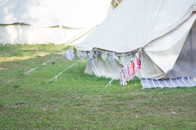 Современный располагаться лагерем для туристов с природой стоковые изображения