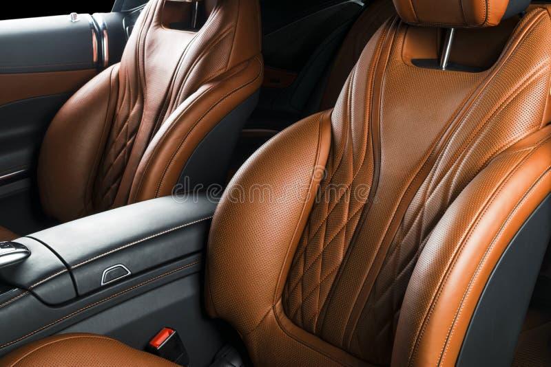 Современный роскошный автомобиль внутрь Интерьер автомобиля престижности современного Автомобиль ComfoModern роскошный внутрь Инт стоковые фотографии rf