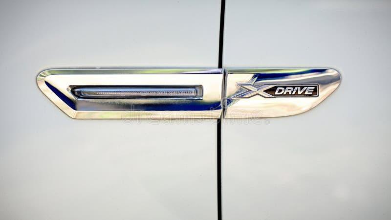 Современный роскошный вид спереди конца-вверх выборочного фокуса логотипа металла BMW 750Li XDrive xdrive стоковое фото