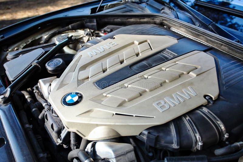 Современный роскошный двигатель turbo близнеца BMW 750Li XDrive с раскрытым клобуком стоковое изображение rf