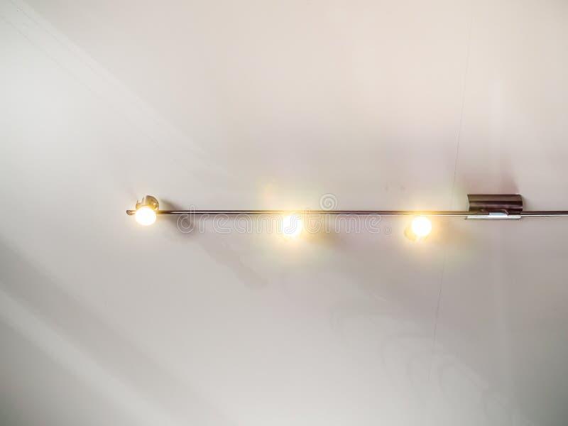 Современный свет следа нержавеющей стали вися на белом потолке стоковая фотография