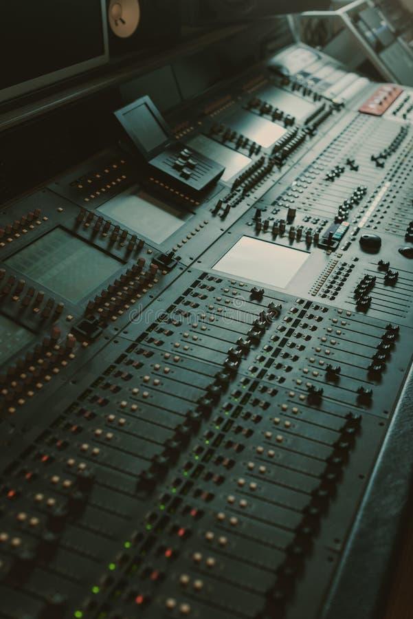 современный сетноой-аналогов графический выравниватель на звуке стоковая фотография rf