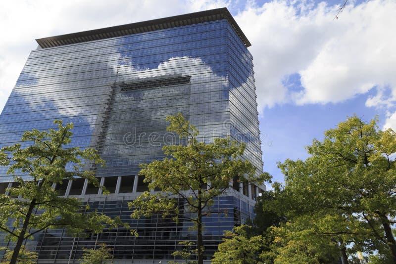 Современный стеклянный дом мульти-этажа в деловом центре стоковое фото rf