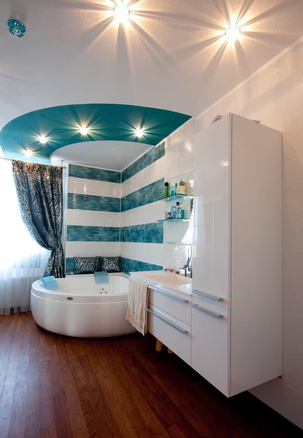 Современный стильный интерьер ванной комнаты стоковая фотография