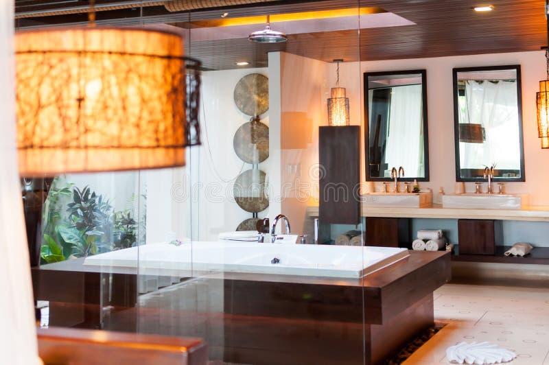 Современный стиль ванной комнаты с ливнем стоковые изображения rf