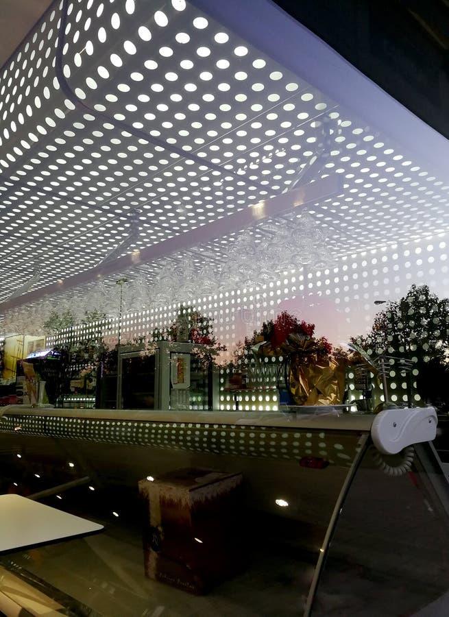 Современный Столовая-бар в предыдущем утра стоковая фотография rf
