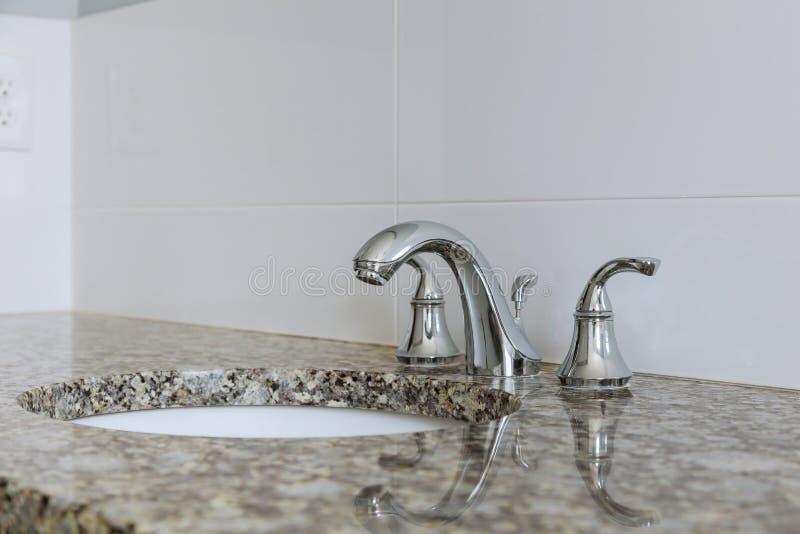 Современный счетчик раковины таза мытья интерьера ванной комнаты стоковое фото
