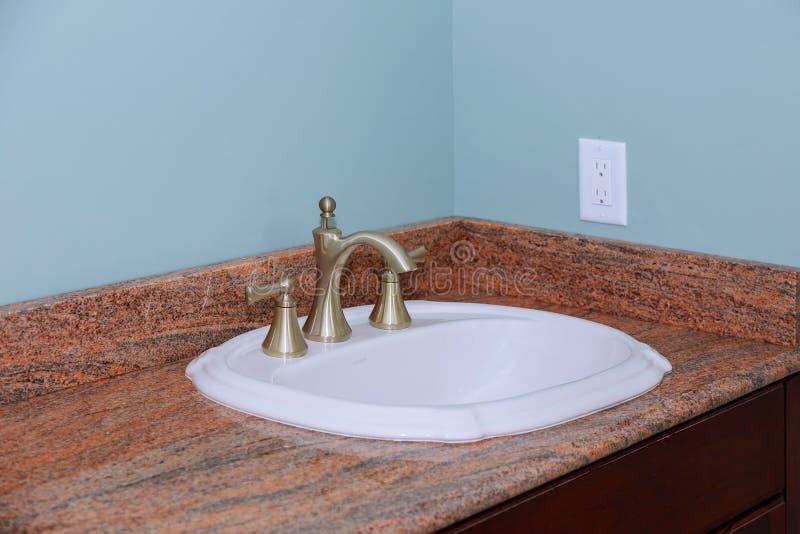 Современный счетчик раковины таза мытья интерьера ванной комнаты стоковая фотография