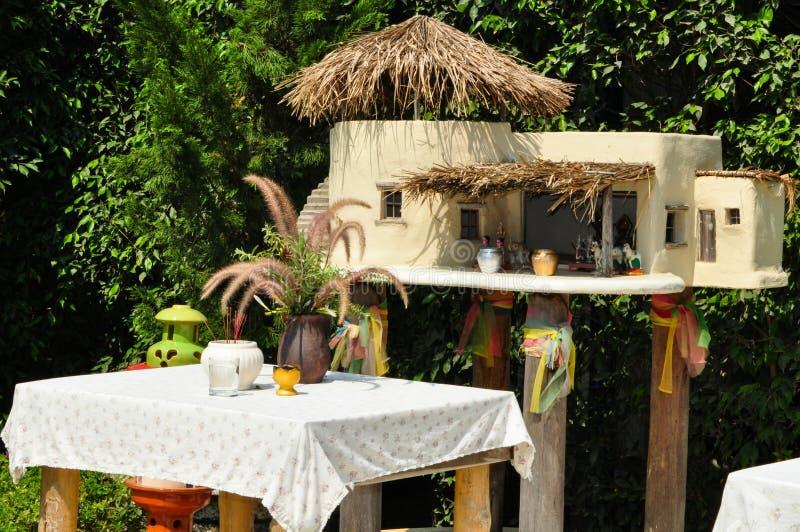 Современный тайский дом духа духа попечителя в форме миниатюрного дома в саде стоковые изображения rf