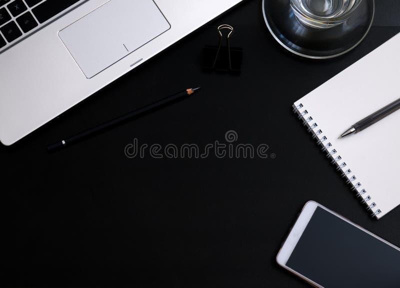 Современный темный стол офиса стоковые фотографии rf