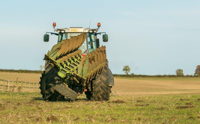 Современный трактор ferguson massey вытягивая плуг стоковые изображения rf