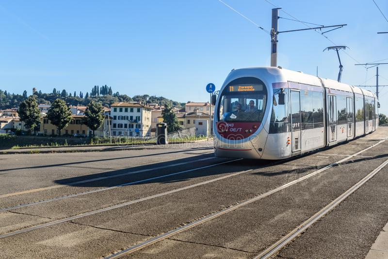 Современный трамвай на улице в Florance Италия стоковое изображение