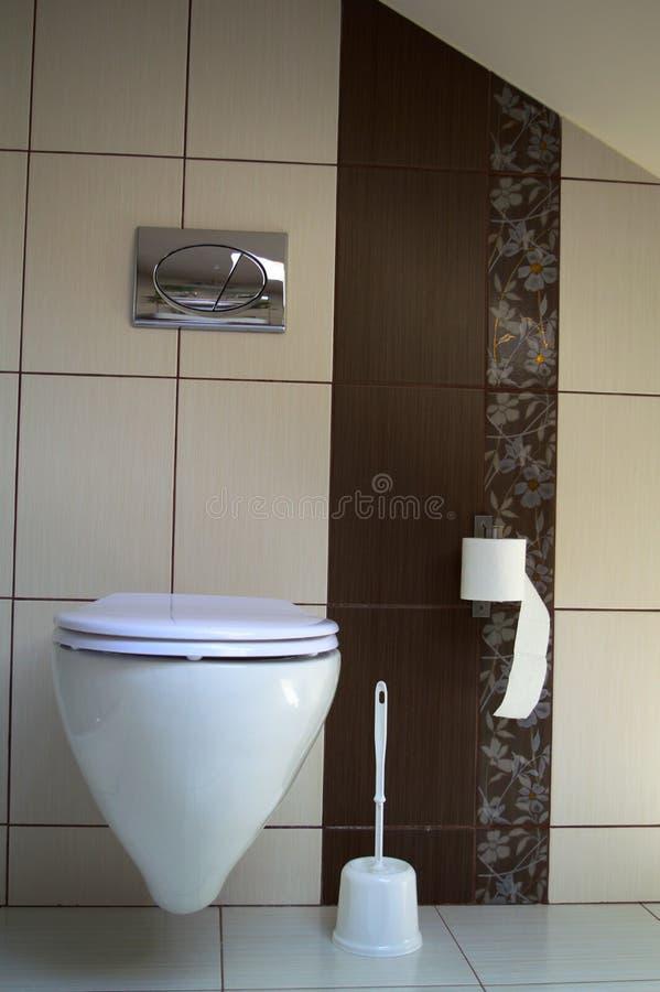 Современный туалет в коричневом и сметанообразном стоковое изображение rf