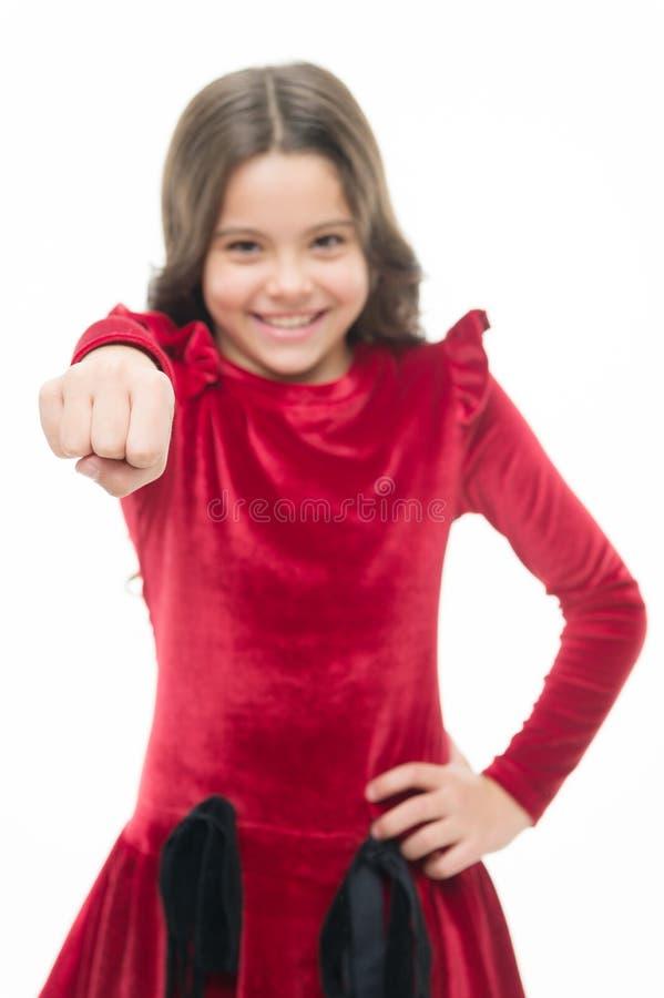 Современный феминизм небольшая милая девушка со счастливым skincare кулака владением стороны и парикмахер ребенк r o стоковая фотография