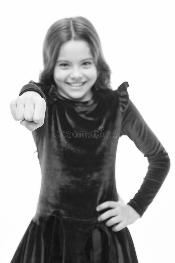 Современный феминизм небольшая милая девушка со счастливым skincare кулака владением стороны и парикмахер ребенк r o стоковые фото