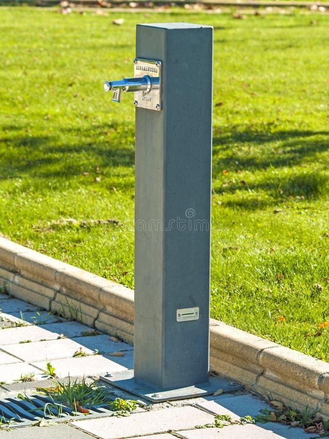 Современный фонтан в парке стоковые изображения