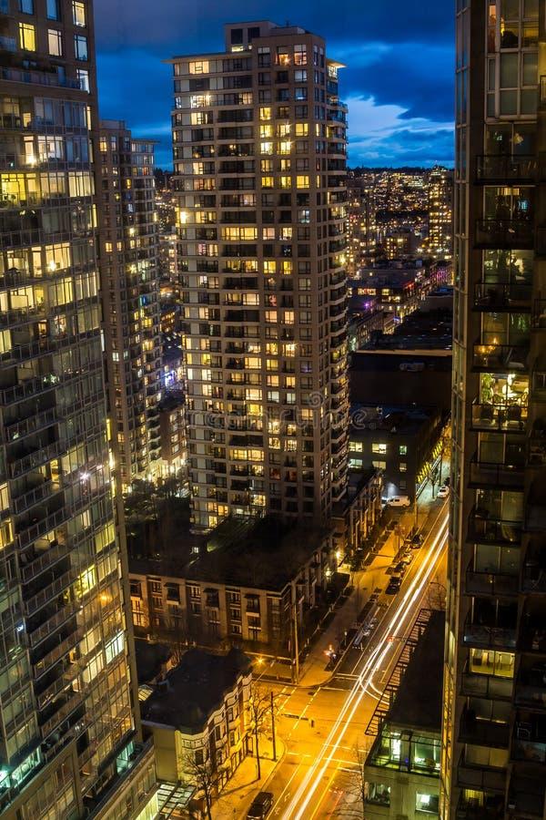 Современный центр города от крыши небоскреба на ноче стоковое фото rf
