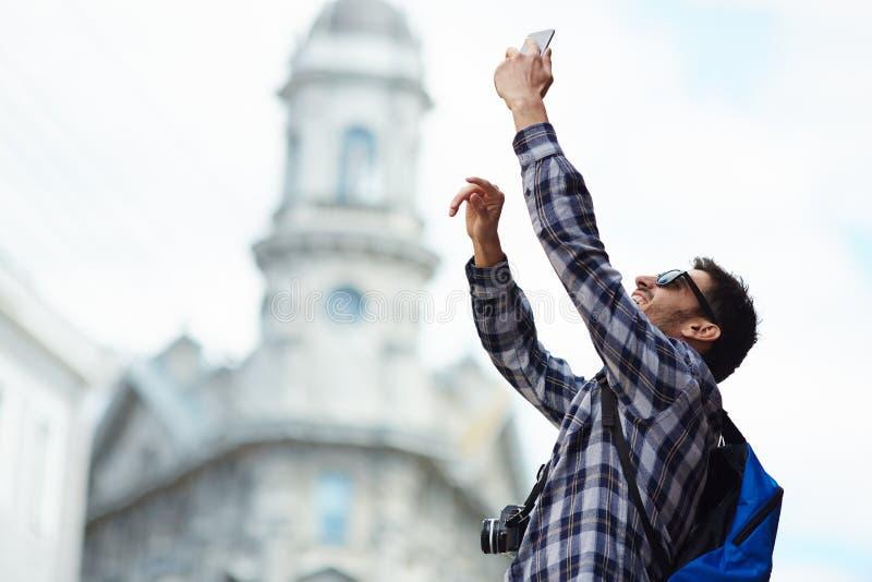 Современный человек принимая Smartphone Selfie на туристском отключении стоковое фото