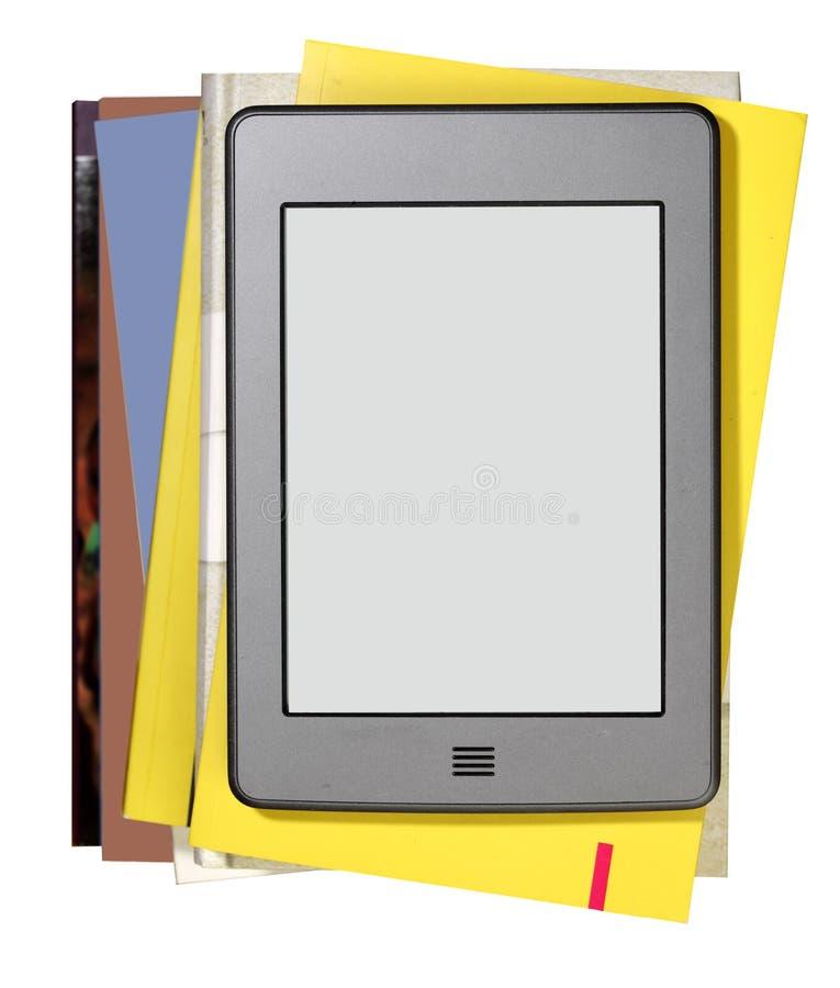Современный читатель ebook с книгами стоковое изображение rf