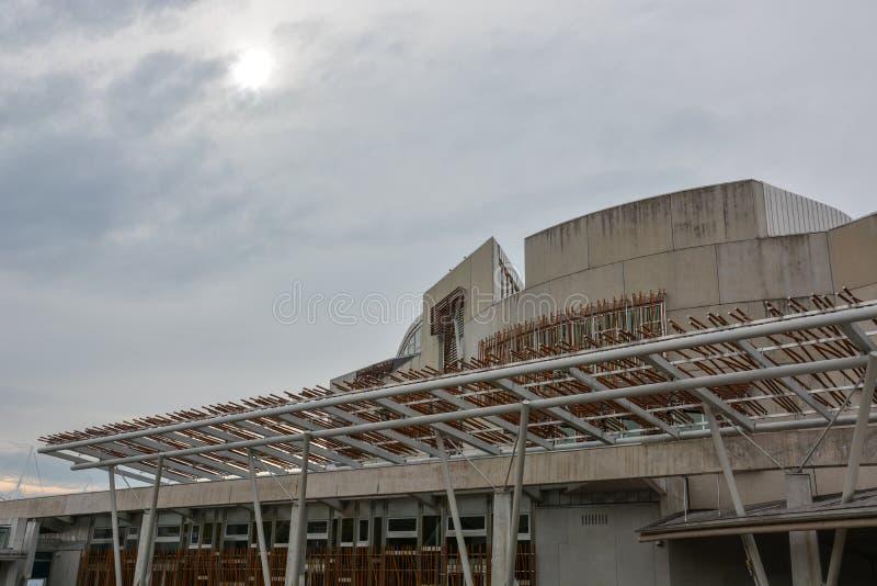 Современный шотландский парламент в Эдинбурге с облаками стоковое изображение rf