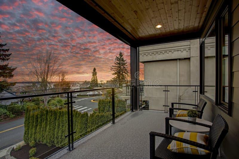 Современный экстерьер дома с палубой на заходе солнца стоковые изображения rf