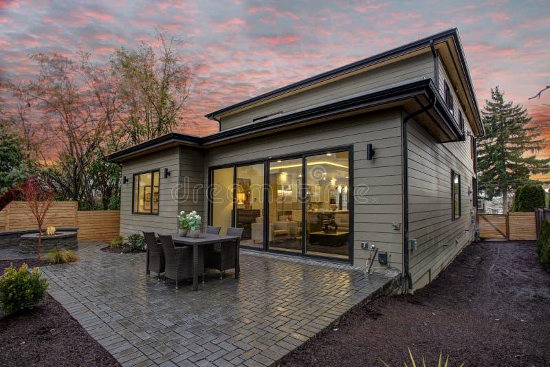 Современный экстерьер дома с палубой на заходе солнца стоковое изображение rf