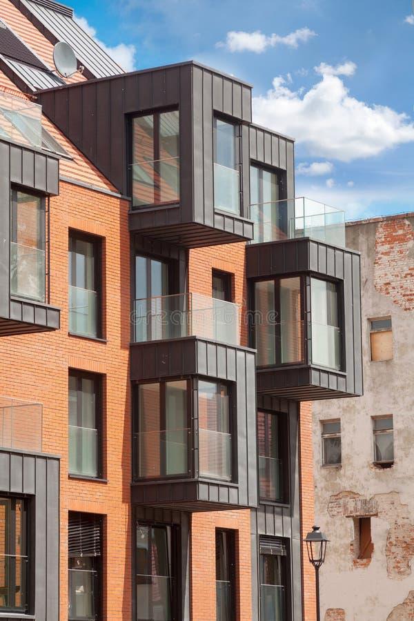 Современный экстерьер жилого дома в дневном свете с современным фасадом балкона и кирпича стоковые фото
