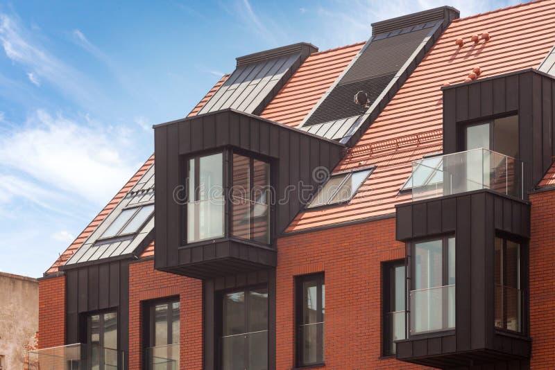 Современный экстерьер жилого дома в дневном свете с современным фасадом балкона и кирпича стоковая фотография