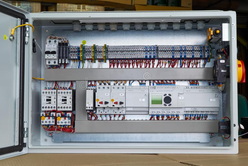 Современный электрический шкаф управления с регулятором и автоматами защити цепи стоковое изображение