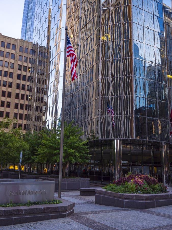 Современный buidling офиса и флаг Соединенных Штатов на Оклахомаа-Сити - ОКЛАХОМАА-СИТИ - ОКЛАХОМА - 18-ое октября 2017 стоковые фотографии rf