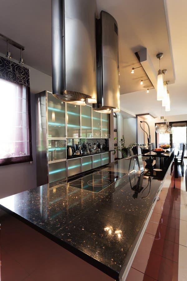 Современный countertop в современной кухне стоковое фото