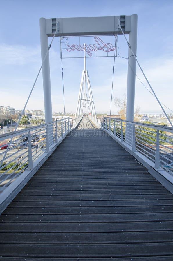 Современный footbridge в городском парке стоковое фото