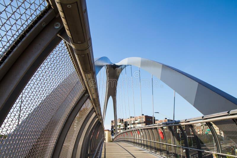 Современный footbridge с поддерживая сводами и стальными перегородками стоковое фото rf