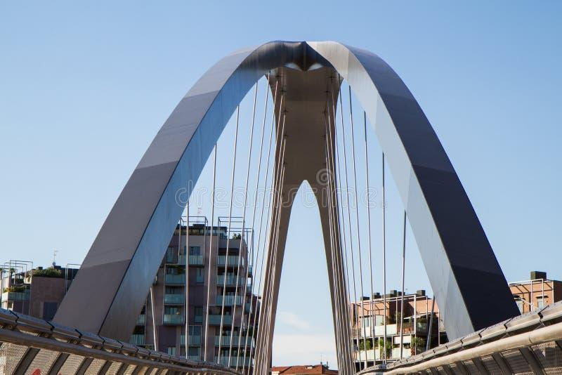 Современный footbridge с поддерживая сводами и стальными перегородками стоковое изображение