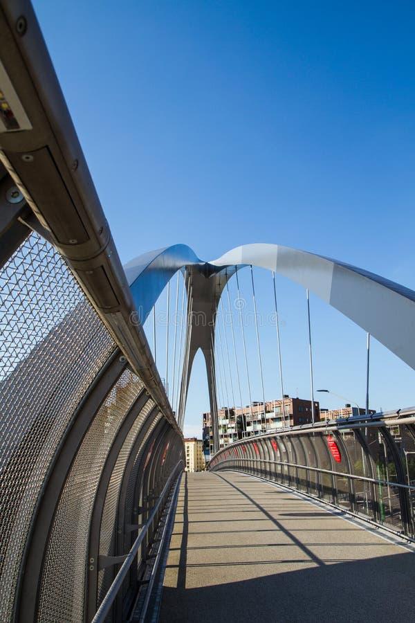 Современный footbridge с поддерживая сводами и стальными перегородками стоковые изображения rf