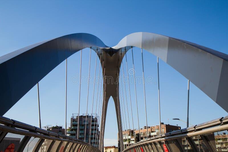 Современный footbridge с поддерживая сводами и стальными перегородками стоковое фото