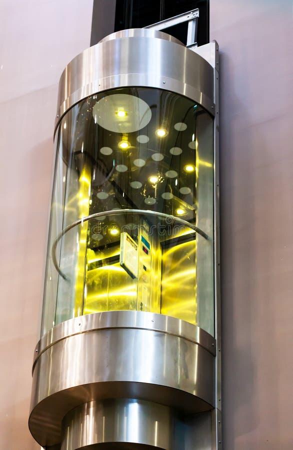 Современный moving лифт в торговом центре Стеклянный подъем стоковое фото rf