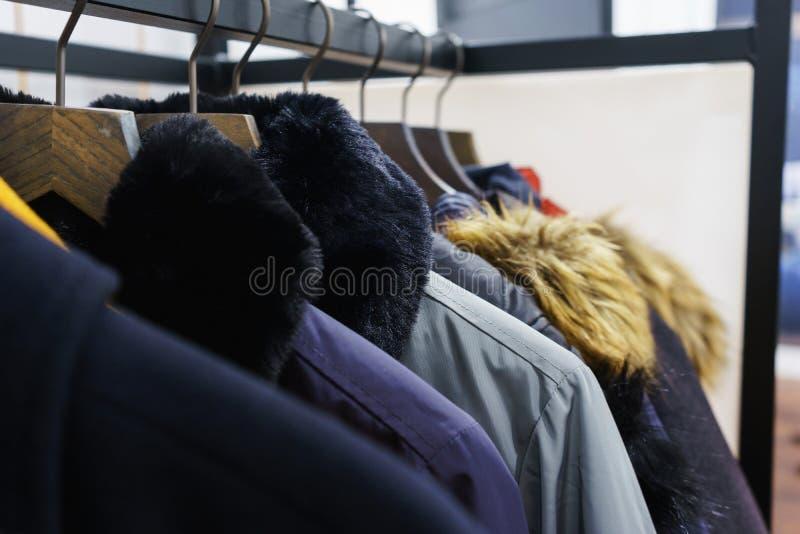 Современный outerwear в магазине на вешалке стоковая фотография rf