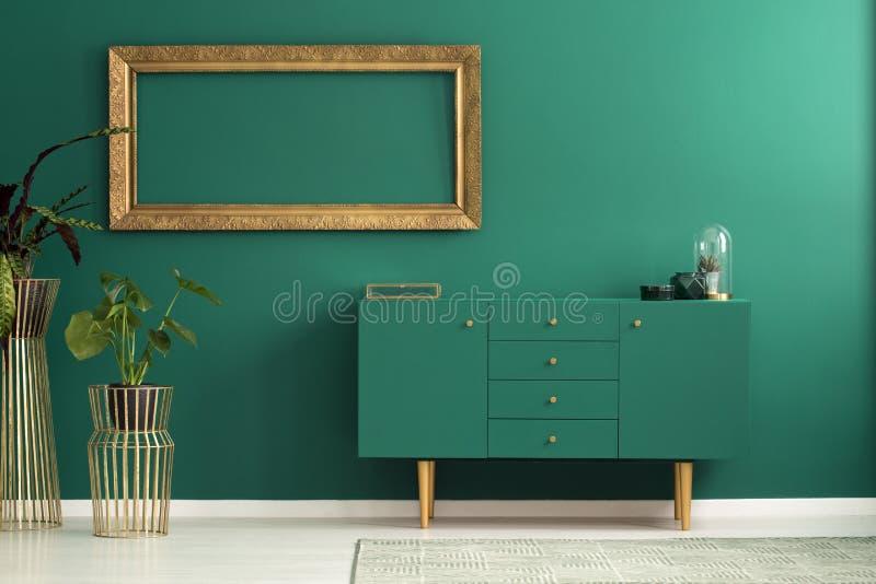 Современный sideboard и золотые украшения стоковая фотография rf