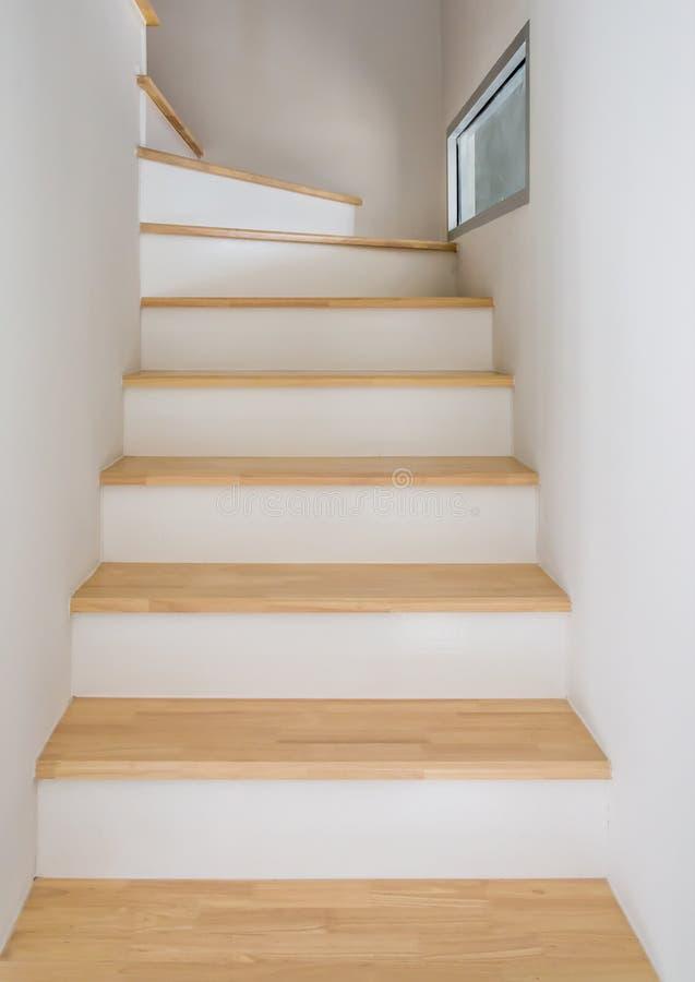 Современный wodden лестница стоковые изображения rf