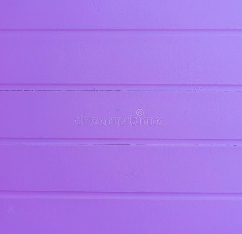 Современным неоновым покрашенная пурпуром деревянная предпосылка структуры планок стоковая фотография