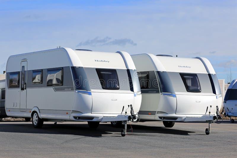 2 современных каравана хобби на дисплее стоковое изображение